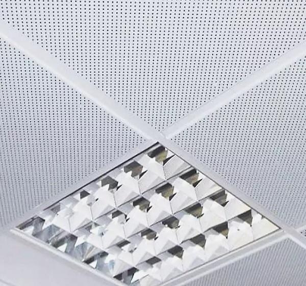 белая потолочная плита с перфорацией